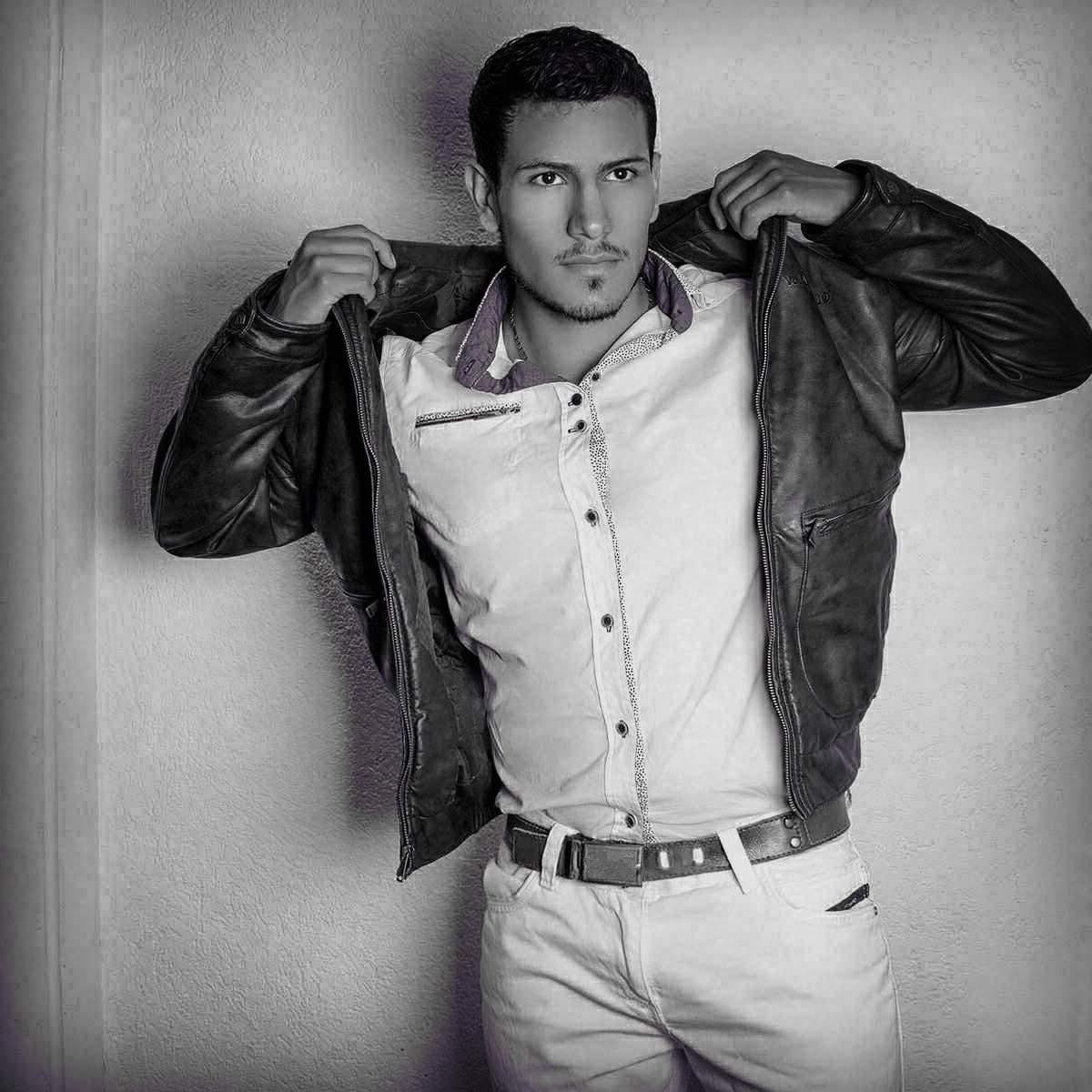 Modo Tbt . Tres años atras. #blackAndWhite #tbt #jacket #LatinMan #camguy #sexyman #Strong #Muscle #Hot #model  @StripchatModels @Stripchat_fan
