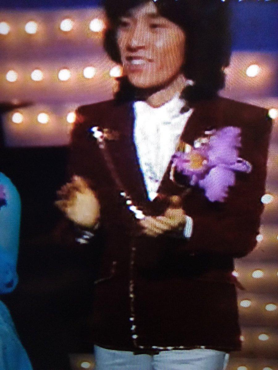 1976年 第17回日本レコード大賞 若き獅子たち 秀樹さんの胸元のカトレアです 翌日の「おめでとう日本レコード大賞」の日、Gスタ玄関口でAマネージャーより 五郎さんと抱擁の為か少し萎れていました (保存状態悪くてごめんなさい)  #西城秀樹 https://t.co/MJRWMHNd6B