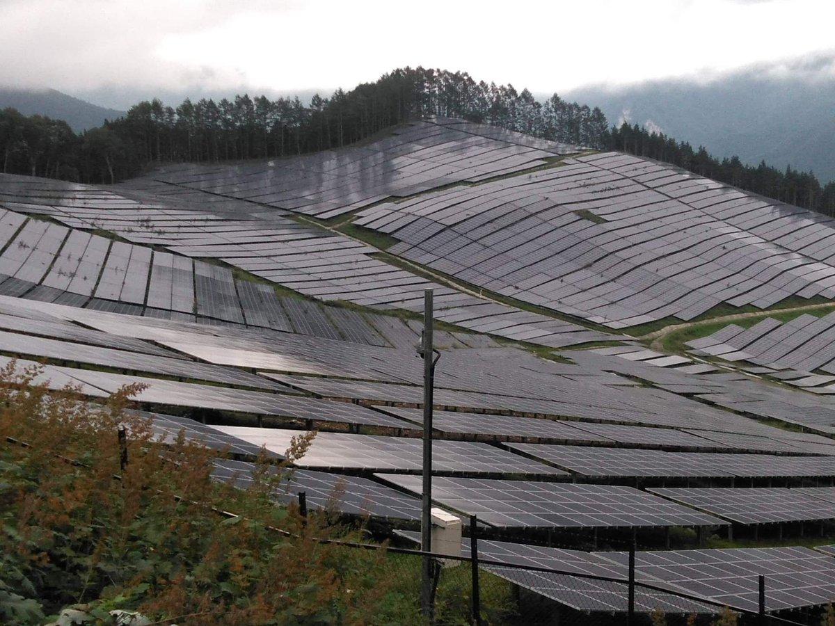 再エネ再エネって言うけど、日本の山の風景がどこに行っても軒並みこんな感じになるのはちょっと嫌。