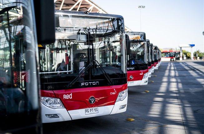 Hoy se inauguró el más grande electroterminal de 🚎 de Latam, junto a 215 nuevos buses eléctricos ⚡️ de transporte público. Tiene capacidad para cargar 110 buses a la vez, y es abastecido íntegramente por #renovables. ♻️ https://t.co/cIereMGkXR https://t.co/TEM197PyMB