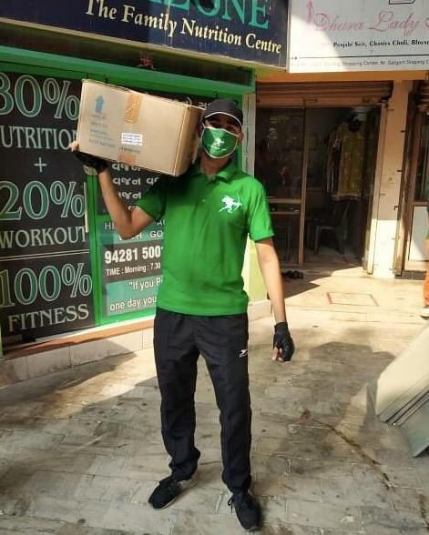 Never skip arm day! 💪 Lifting boxes of happiness to deliver smiles across the country!   Join us in our journey to fight against hunger:   #RHA #ZeroHunger #SustainabilityMatters #CovidKindness #Surat
