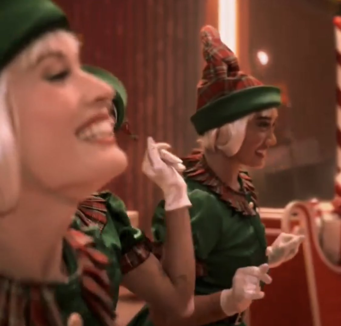 Is this #gwenstefani here in the #OhSanta Video?