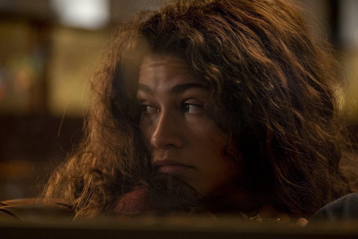 """""""Part One: Rue"""", difere bastante do que foi apresentado anteriormente em #Euphoria. O especial coloca a personagem de Zendaya encarando a sua própria realidade, a fazendo observando o âmago de suas lutas e vislumbrar os seus demônios internos."""