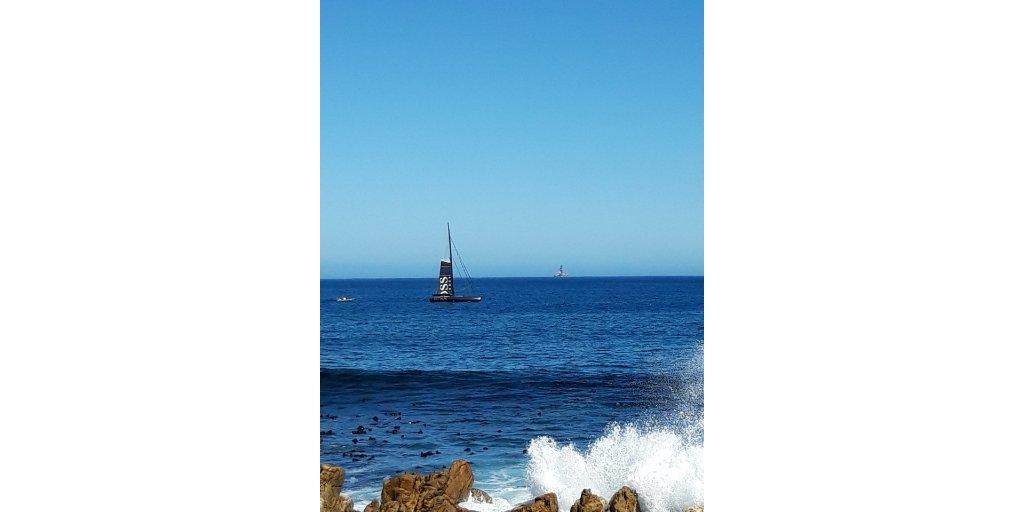 Alex Thomson arrive à Cape Town, la fin officielle de son Vendée Globe sera bientôt annoncée... #VendeeGlobe  @ATRacing99 https://t.co/66c8ct1s4p