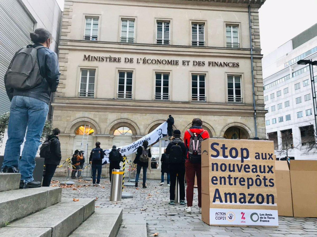 🔴 [ACTION]  🔔 Jour de #BlackFriday, de nombreux citoyen·nes passent à l'action avec ANV-COP21, @attac_fr  et les @amisdelaterre  partout en 🇫🇷 pour tirer la sonnette d'alarme sur l'expansion d'Amazon ! A #Paris, une action est en cours devant @Economie_Gouv  👇  #StopAmazon https://t.co/3dhmdxITIR