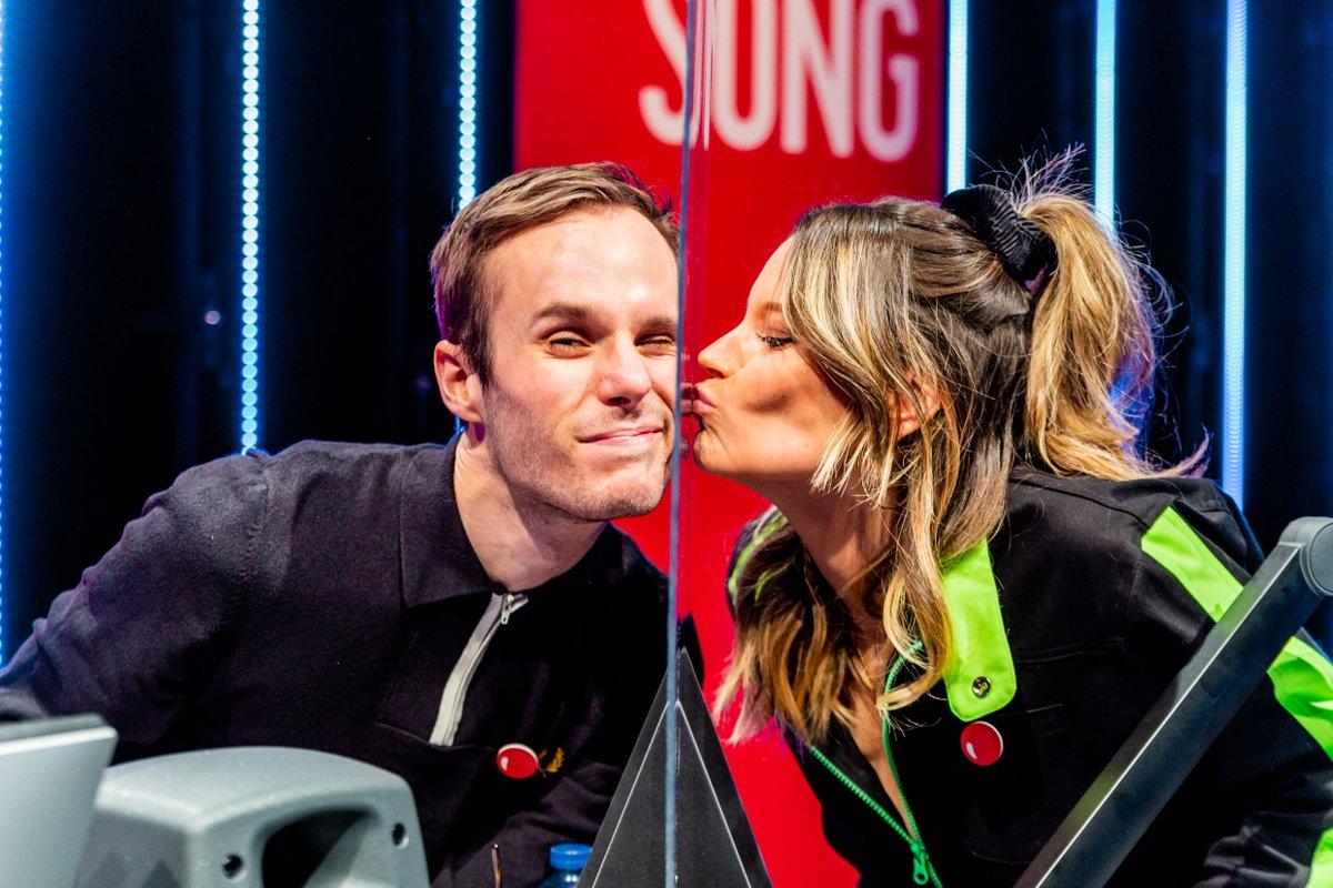 Position switch!  😍 @VincentFierens & Jolien Roets nemen het over tot 18u met alleen maar livemuziek! 🔴👊🏻 #RodeNeuzenDag
