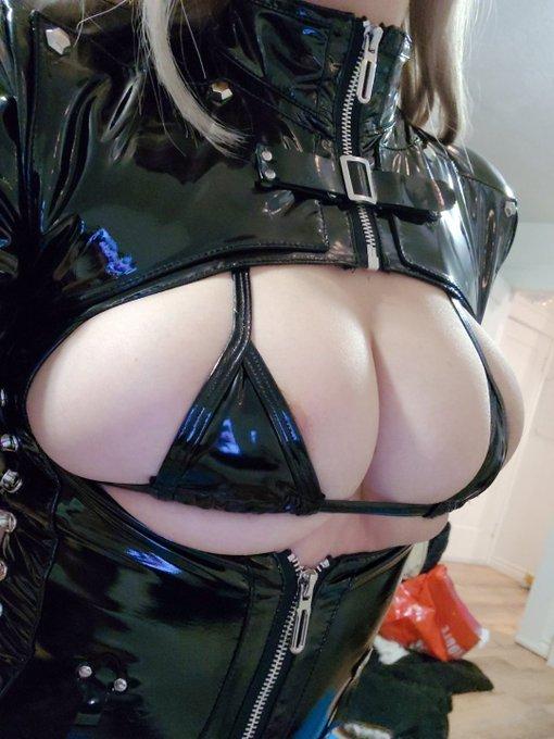 2 pic. Haha boobs go brrrrr https://t.co/aqmeK9GT34