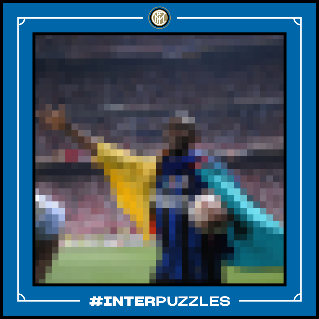 ❓ | GUESS WHO  Morning, folks! Any idea who we've blurred out in the photo? 🧐⚫🔵  Get it right and you could be rewarded with a FB 👀  #InterPuzzles