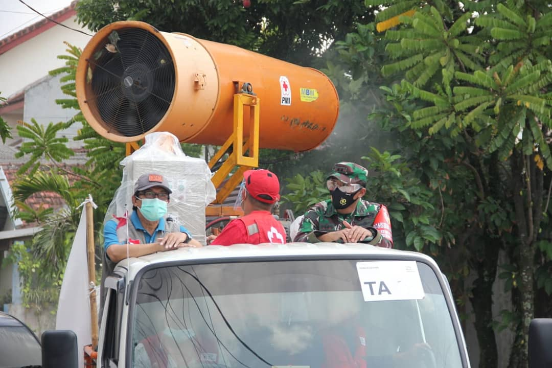 Jember, Komandan Kodim 0824/Jember Letkol Inf La Ode Muhammad Nurdin melaksanakan penyemprotan disinfektan menggunakan _Armada Gunner Spray Blower_ untuk mempercepat pemutusan penyebaran Covid-19 di Kota Jember. Jumat, 4 November 2020. https://t.co/kn8NE8ySBp https://t.co/cZ3sKDBTQ2