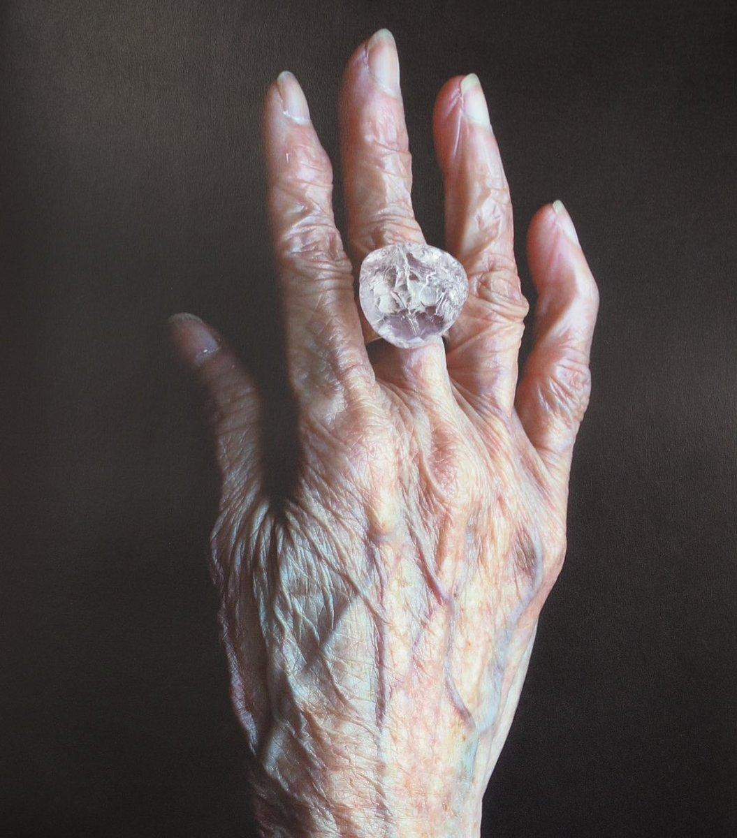 30歳から自分の誕生日にこちらの作家さんの指輪をひとつずつ買い足している。キーボードを打つとき、そして今年は自宅での自粛中にも、指にきれいな石が光っているとそれだけで元気が出た。結論、大きな石の指輪はとてもいいものです。