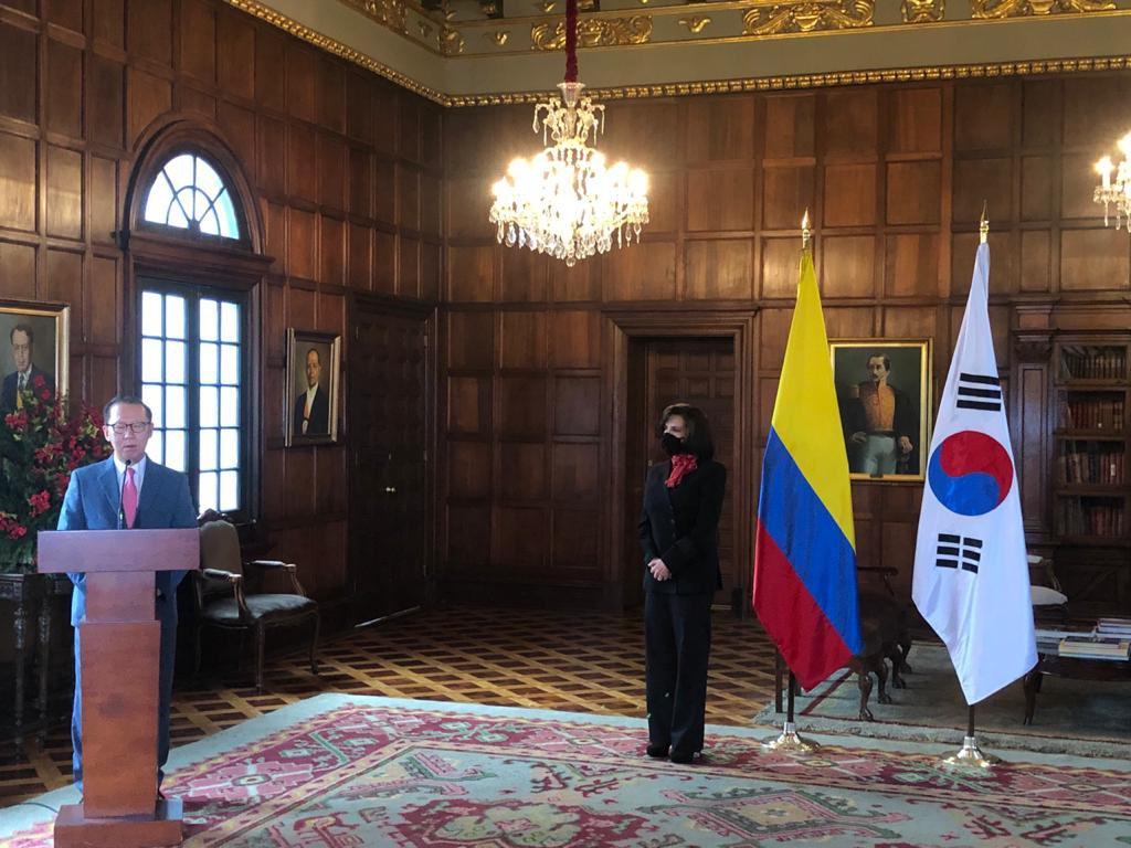 El Embajador de #CoreadelSur, Choo Jong-Youn entregó donación de 300 mil dólares para apoyar esfuerzos del Gobierno Colombiano en la recuperación tras el paso del #huracanlota y destacó su ardua labor en la respuesta a la emergencia. #UnidosPorElArchipiélago