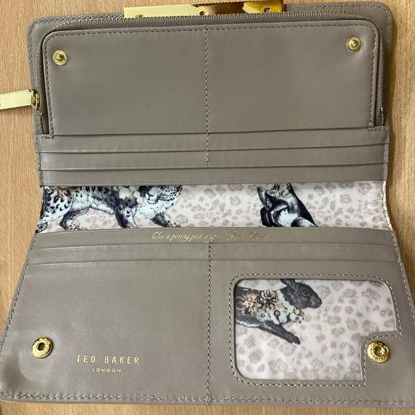 Today is your chance to bid on a beautiful Ted Baker purse! Worth over £80, this auction item is a steal for a £25 reserve!  To bid, send us an email or DM us ❤️ help us care for dogs in need this Christmas.   📧 info@alldogsmatter.co.uk