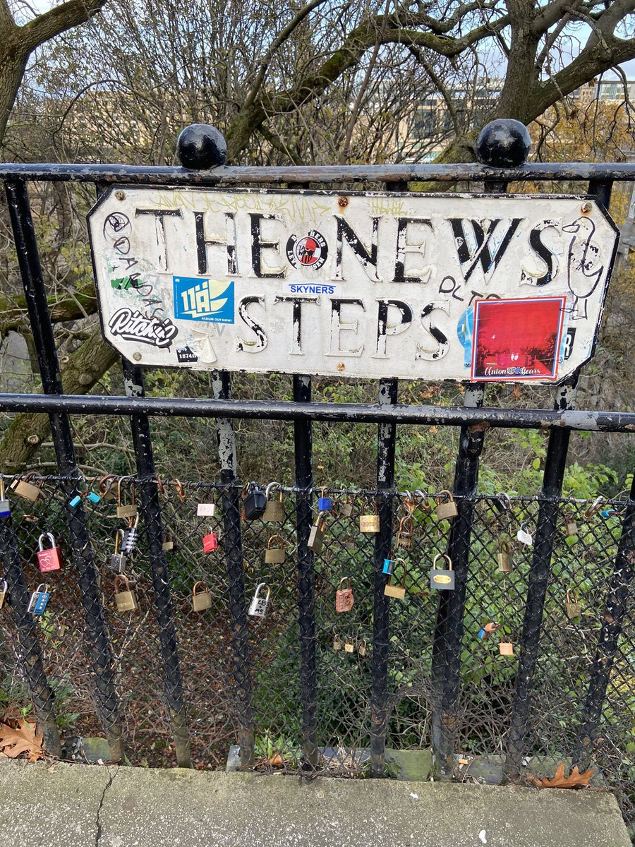 Edinburgh /5 .... THE NEWS STEPS .... a secret short-cut taking steps from the Royal Mile to Waverley Station. Lots of padlocks. We don't want anyone to find our secret paths 🙃. You get beautiful 🤩 views of Edinburgh walking down these steps 😷 https://t.co/ql3egDHjol