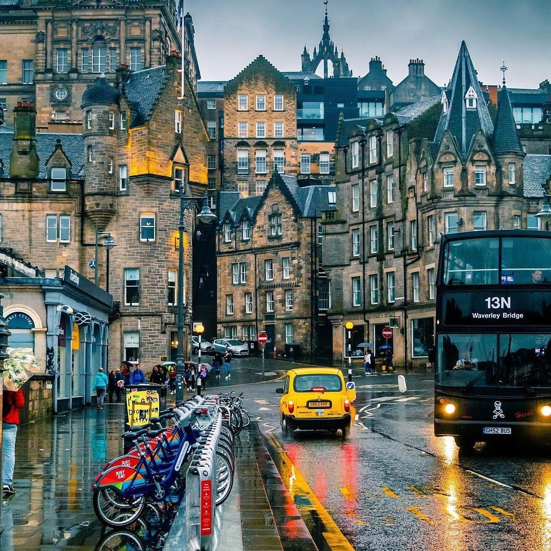 Edinburgh /7.   Whatever the weather, it's always great in Edinburgh 👍. It shines bright in the rain 😊 https://t.co/xJHwJNbGzt