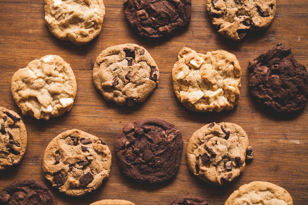 Whether it is chocolate chip, oatmeal raisin, or snickerdoodle, celebrate #NationalCookieDay today by picking up some of your favorites from a local bakery or restaurant. 🍪 Retweet with your favorite type of cookie. 🍪 #EatLocalEatOften #BenEKeithFoods