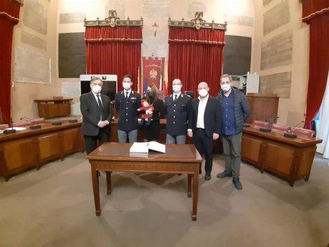 Poliziotti salvano bimba a Palermo, premiati dal Comune alla presenza del Questore - https://t.co/37tRh5qMrI #blogsicilianotizie