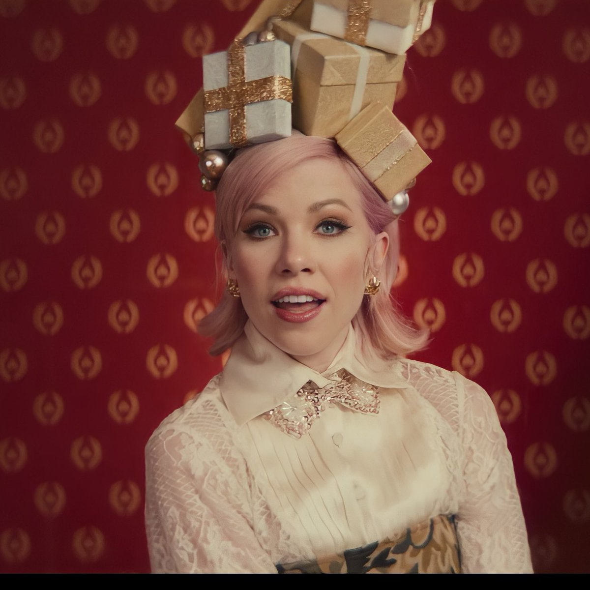 @carlyraejepsen WE LOVE THE NEW VIDEO QUEEN❤️