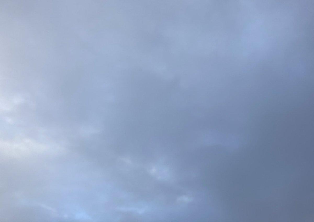 おはようございます 土曜日のお天気 雨☂️  年末ジャンボ まだ買ってない お金あるかな😅  仕事行ってきまー  🎄❄️🥝☕️✨ #空 #空を読む #ファインダー越しの私の世界 https://t.co/w9AonOvtvh