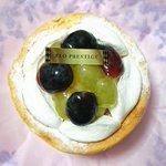 Image for the Tweet beginning: 本日のおやつ ブドウのことも ケーキのことも好きだから。。 ごめんね。。🍇🎂😋 #ダイエット中 #FLO