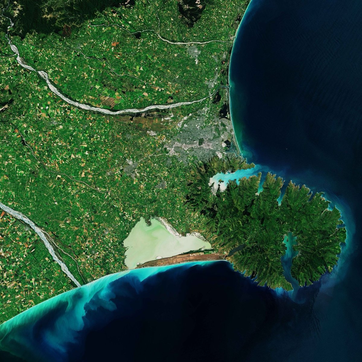 This @CopernicusEU #Sentinel2 image taken on 4 January 2019 shows the Banks Peninsula on the South Island of New Zealand. Visible in the bottom-right of the image, the peninsula consists of two overlapping extinct volcanoes 👉