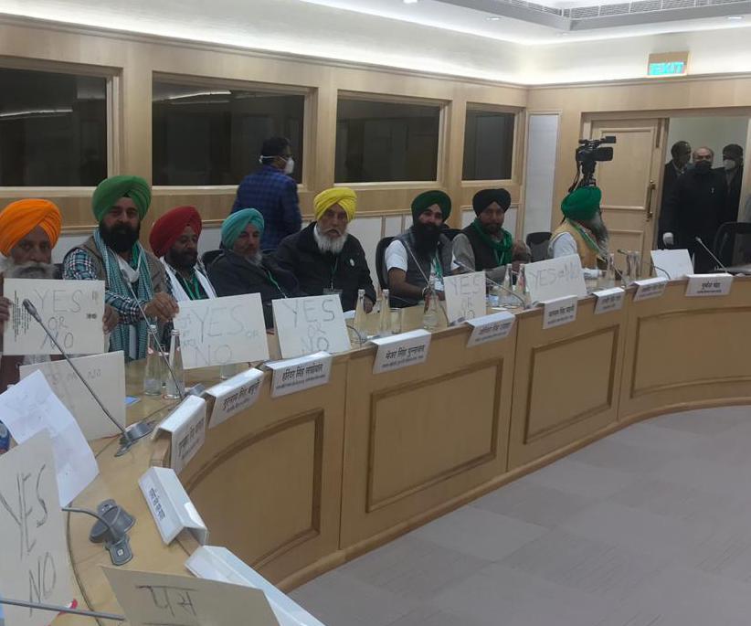 विज्ञान भवन के अंदर किसान नेताओं का मौन प्रदर्शन    कृषि कानूनों को रद्द करवाने को लेकर किसान नेताओं को सरकार के हां या ना का इंतजार  @ABPNews