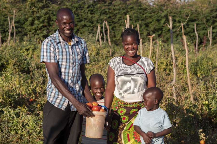 Food is FAMILY 👨‍👩‍👧‍👦  Meet Honourable, Precious, Brian, and Chris.  In #Zambia WFP supports the government to procure fresh food from smallholder farmers. Farmers are also linked to other markets, such as WFP's school feeding programme, where their own children also benefit. 🥦🥕🥬