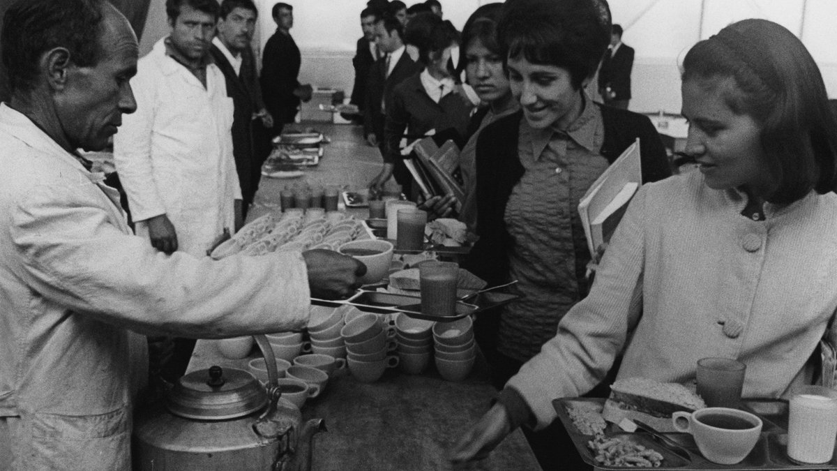 #Flashback📸Lunchtime at the cafeteria of the University in #Kabul.  The year is 1970. #Afghanistan has provided new boarding facilities in Kabul to make higher education available to more students from rural areas.  Every day, boarders receive 3 meals from WFP.🍛🥬📚🎓