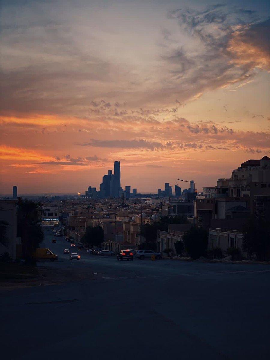 غروب الشمس في #الرياض هذا اليوم وسط سحب متفرقة بعد أمطار شهدتها العاصمة والمناطق المحيطة بها.  عبر: @WaleedAlkhozaim