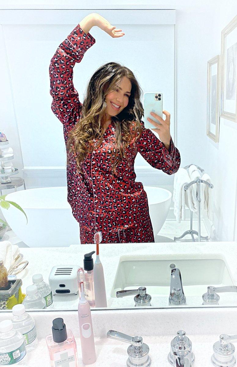 ¡Modo pijama todo el día! 😜 ¡Y si, son de mi colección en @Burlington, todavía MEJOR! ¿Ya tienes tú #thaliasodicollection set para esta navidad? 🎁🎄#Burlington #PJs