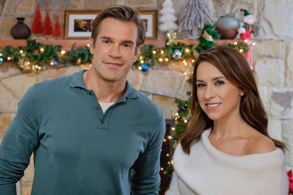 We hope you enjoyed watching the Original Premiere of #ComeHomeForChristmas. Tune in Sunday at 10pm/9c for the @hallmarkmovie Original Premiere of #ALittleChristmasCharm.