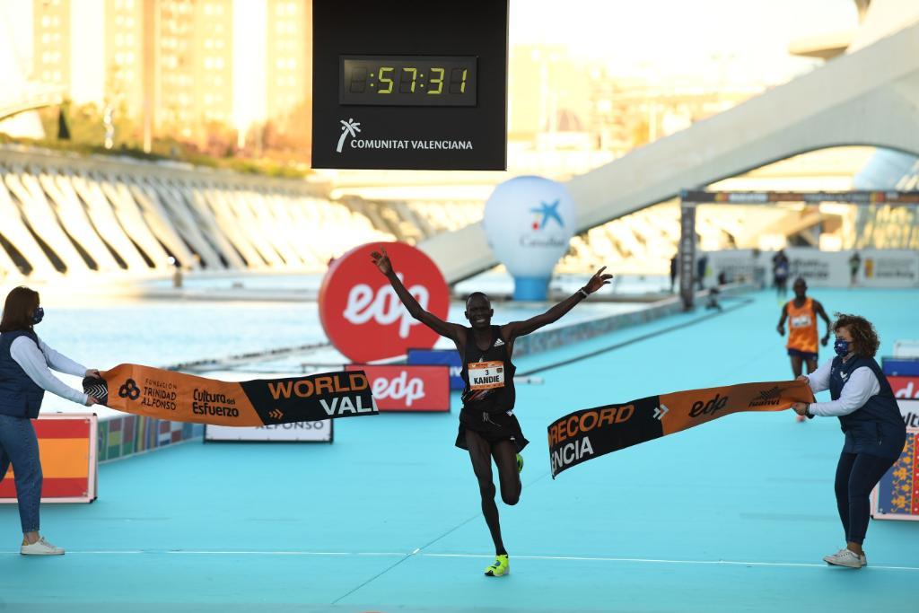 Haced sitio en los libros de historia del 2020. Kibiwott Kandie nuevo récord del mundo en el medio maratón.  ⏱ 57:32 👟: adizero adios Pro  #adizeroadiospro