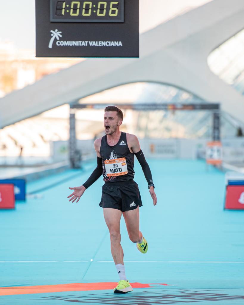 Gran debut de @Charlieatle en medio maratón de Valencia. Preparado para seguir haciendo historia en 2021.  ⏱ 60:04 👟: adizero adios Pro  #adizeroadiospro
