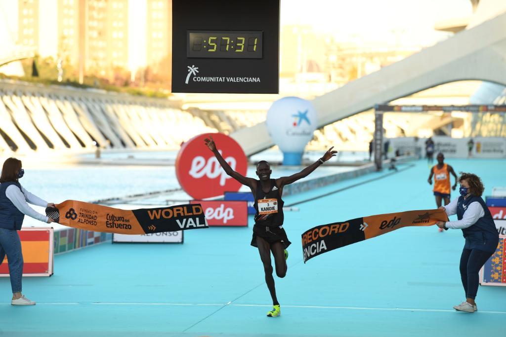 爆速。5本指カーボン。  キビウォット・カンディエが、ハーフマラソンの新たな世界記録を樹立。 ⏱ 57:32 👟: #adizeroadiospro