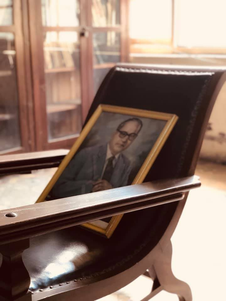 It's #Ambedkar's #Mahaparinirvana, the anniversary of the day the great Indian leader died. More people in the west should know about this advocate of #democracy & opponent of #caste oppression. Here's a pic I took while in Mumbai of a chair he often used while writing. #jaibhim https://t.co/08T6NFzPaD