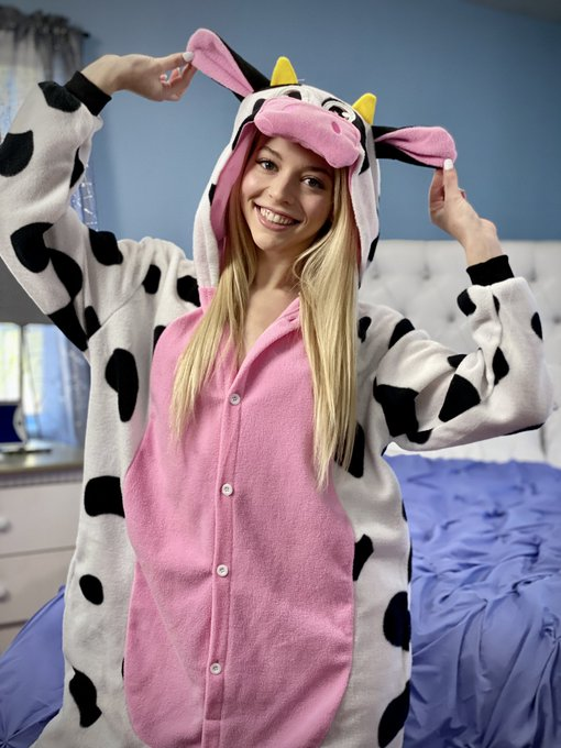 1 pic. Today for @MileHighMovies 🐮💞 Shot by @RobbyDxxx & @MrMannyBucks ✨✨ https://t.co/wxGrliogR4