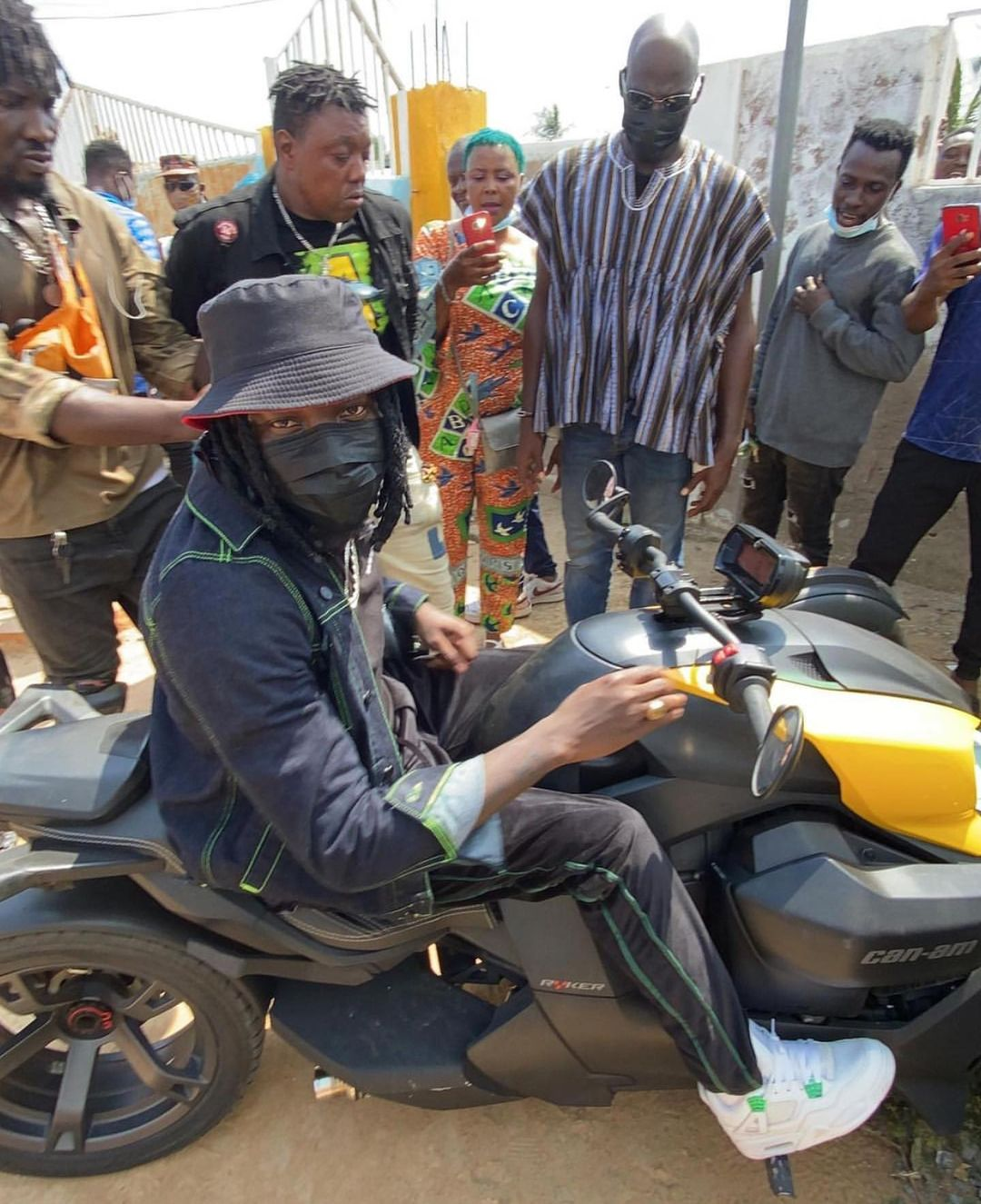 Stonebwoy rode to his polling station in Ashaiman to vote in style. #ElectionHQ