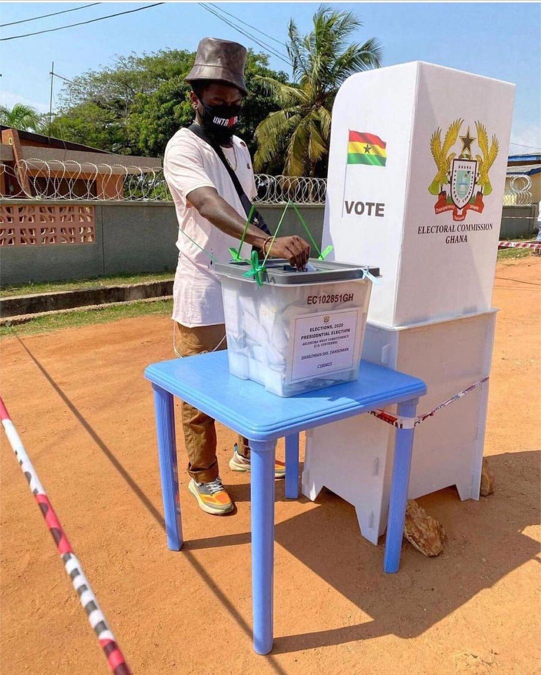 Samini casts his vote in Dansoman | Adomonline.com