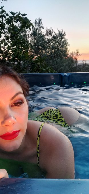 I want to use my hot tub but it doesn't stop raining.😭 I'm online to chat on OF https://t.co/NQXVWUf
