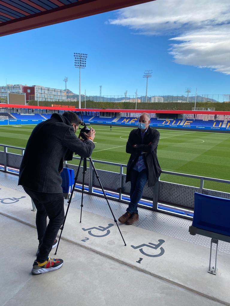 🎥 Shooting #IniestaTV con Carles Folguera en el Estadio Johan Cruyff  - @FCBmasia -  #comingsoon... 🔜 By @sportsandlf