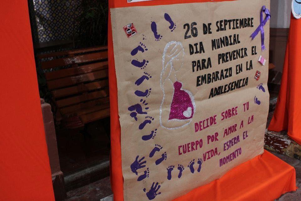 El Gob @HectorAstudillo, la Sra. @MerceCalvoE y el DG @_FerminAlvarado felicitan a Monserrat Nájera, alumna del P44, #Cualac por obtener el 1er Lugar en el 1er Concurso de Cartel #16DíasDeActivismo para poner fin a la violencia de género  #SoyCobachGro #Unete
