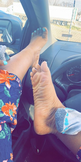 2 pic. Bow to a queen #ebonyqueen #domme #footfetish #cutefeet #ebonyfootfetish #wrinkledsoles #solesfetish