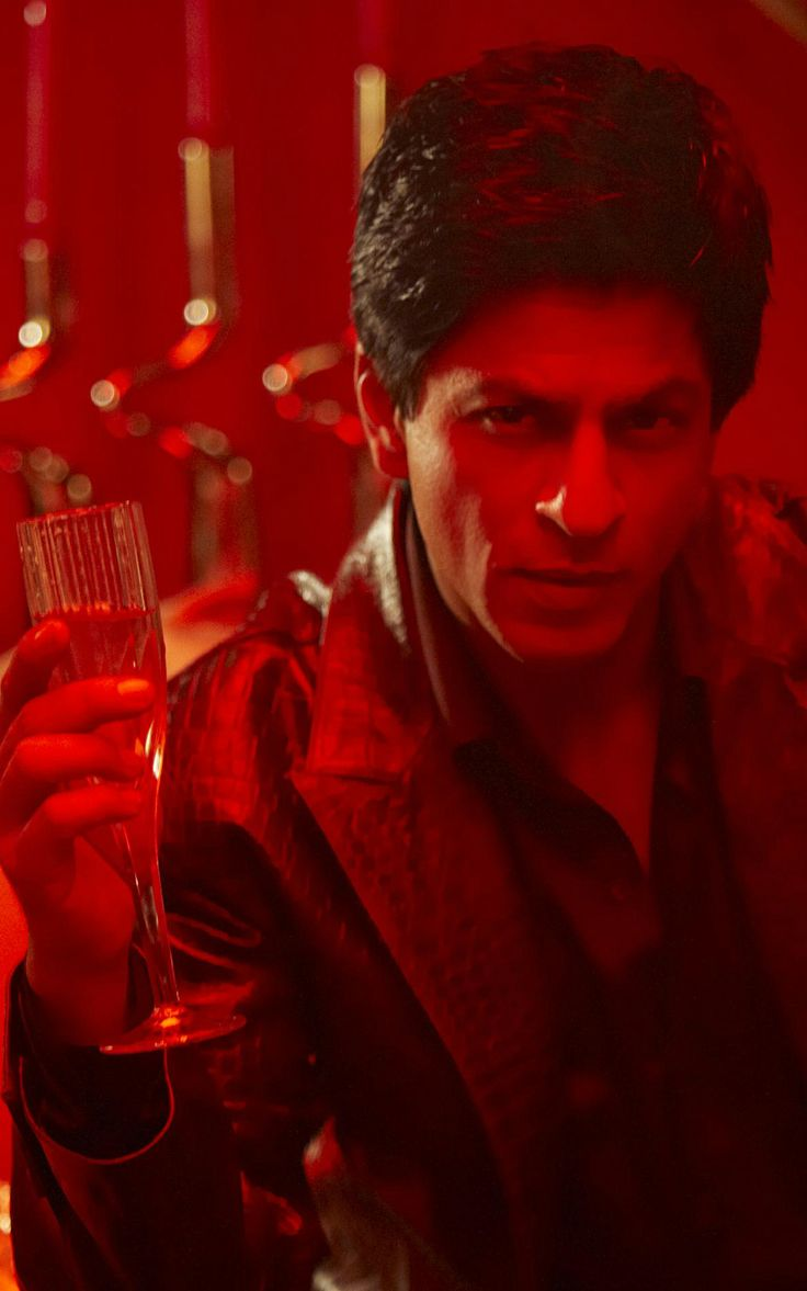 Replying to @Akashsi08317938: RT @SRKUniverse: A toast to the mastermind of the heist 🥂 #9YearsOfDon2