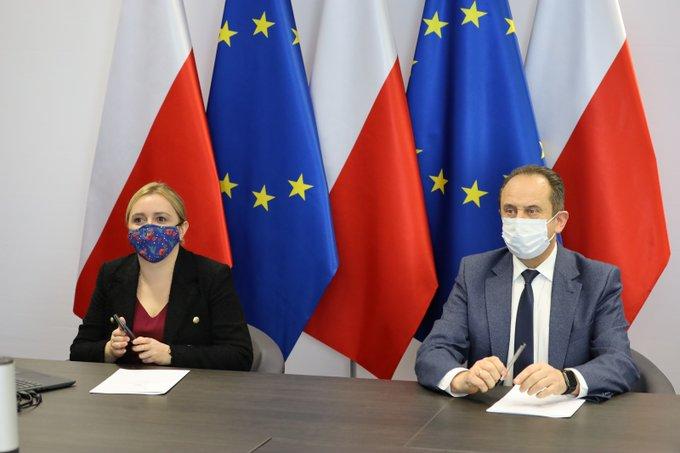 Dzisiaj kolejną tura konsultacji z przedstawicielami branż, które najbardziej odczuwają negatywne skutki pandemii koronawirusa. Z branżą ślubną o możliwościach wsparcia rozmawia wiceminister Olga Semeniuk i wiceminister Andrzej Gut-Mostowy.