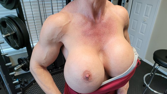Just finishing up my back and shoulder workout, got a little veiny  thing going on in my arms and shoulder