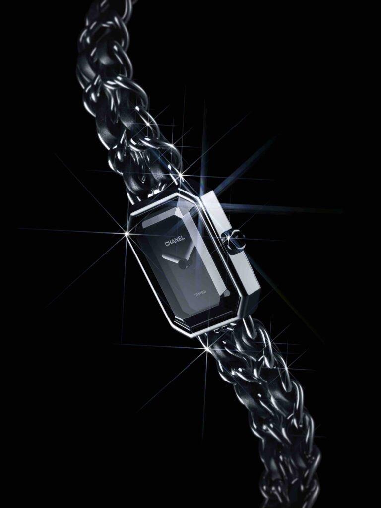 [🎄 IDÉES CADEAUX 🎁] Découvrez la montre #CHANELPremiere ROCK, son boîtier octogonal évoque le cabochon du N°5 et la chaîne tressée de cuir de son bracelet rappelle celle de l'iconique sac matelassé. #CHANELDreaming #CHANELWatches  🔗  #espritdegabrielle