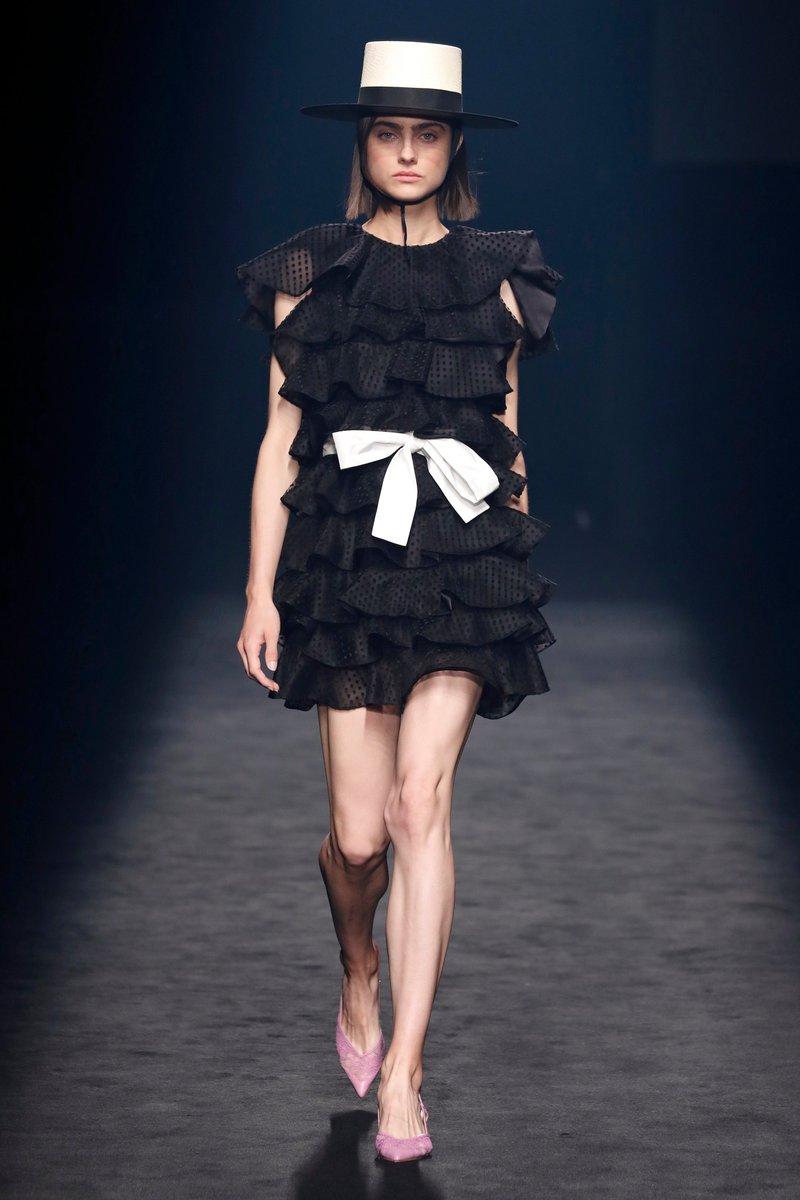 El vestido se convierte en la prenda estrella de la temporada SS21. Mini, midi o largo en el mismo tono o jugando con tonalidades de la misma familiar para crear el somático efecto flor.🌸 https://t.co/50B9Os8qa1
