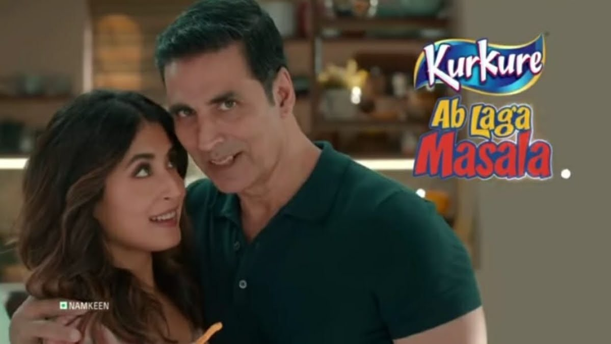 """#Kurkure's new ad, featuring BA & actor #AkshayKumar actress @Kritika_Kamra summarised 2020's most memorable aspects.There r telltale signs across the 35sec ad, spot 1 right at the start when Kamra remarks, """"Everyone is bored! Put smthing on the TV.""""👇"""