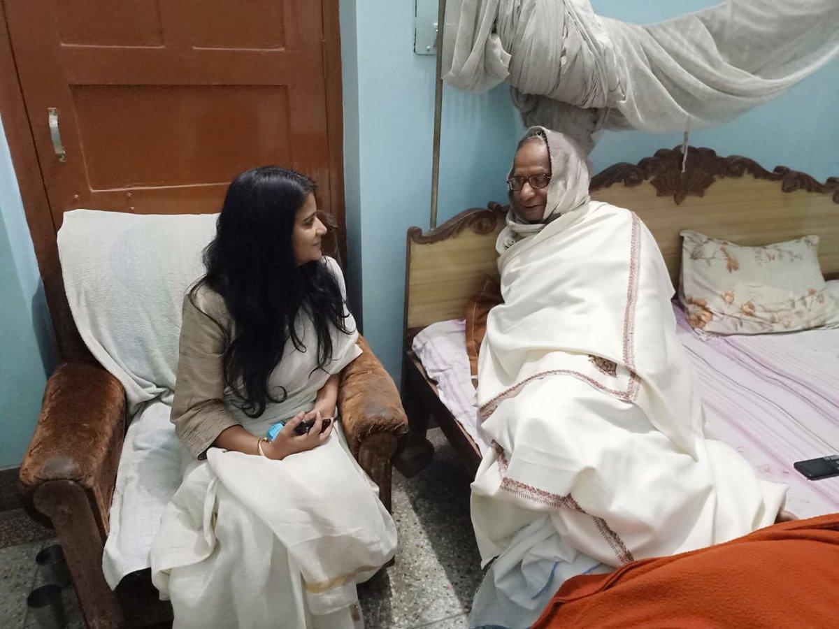 आदरणीय सूर्य देव बाबा हमारे @RJDforIndia परिवार के अभिभावक हैं। बथनाहा, सीतामढ़ी से 5 बार विधायक रहे और मंत्री भी। अभी अस्वस्थ हैं। घर पर उनसे मुलाकात कर के उनके बेहतर स्वास्थ्य की कामना की। ईश्वर आपको लंबी उम्र दे। स्वच्छ राजनीति के पथ पर आपके मार्गदर्शन की सदा ज़रूरत पड़ेगी।