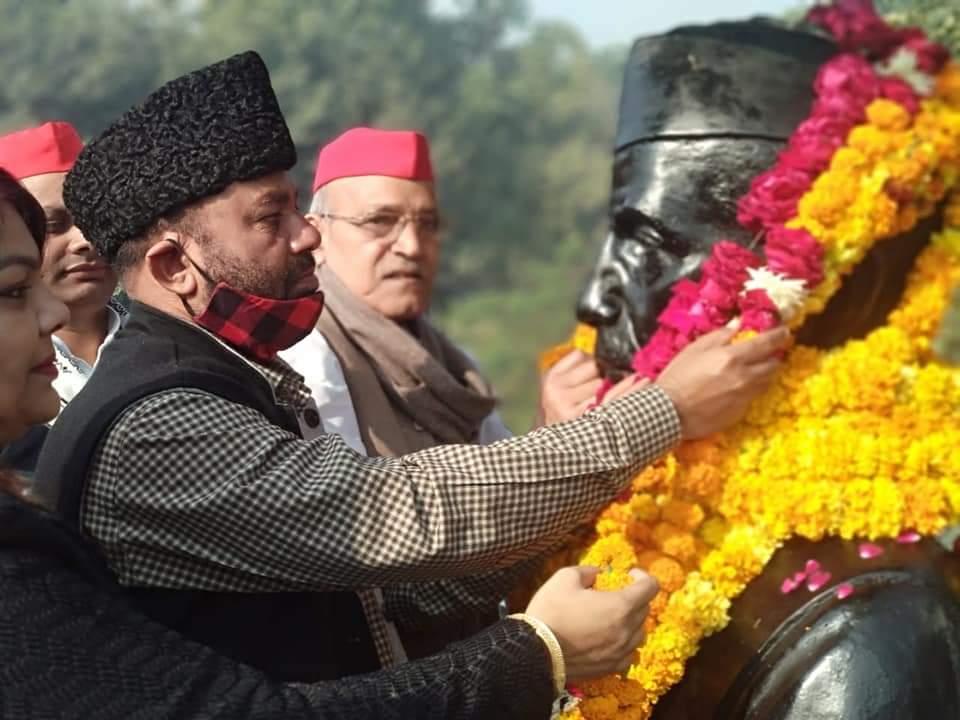 पूर्व प्रधानमंत्री चौधरी चरण सिंह जी का 118वां जन्मदिवस आज समाजवादी पार्टी ने 'किसान दिवस' के रूप में मनाया।  @yadavakhilesh @samajwadiparty