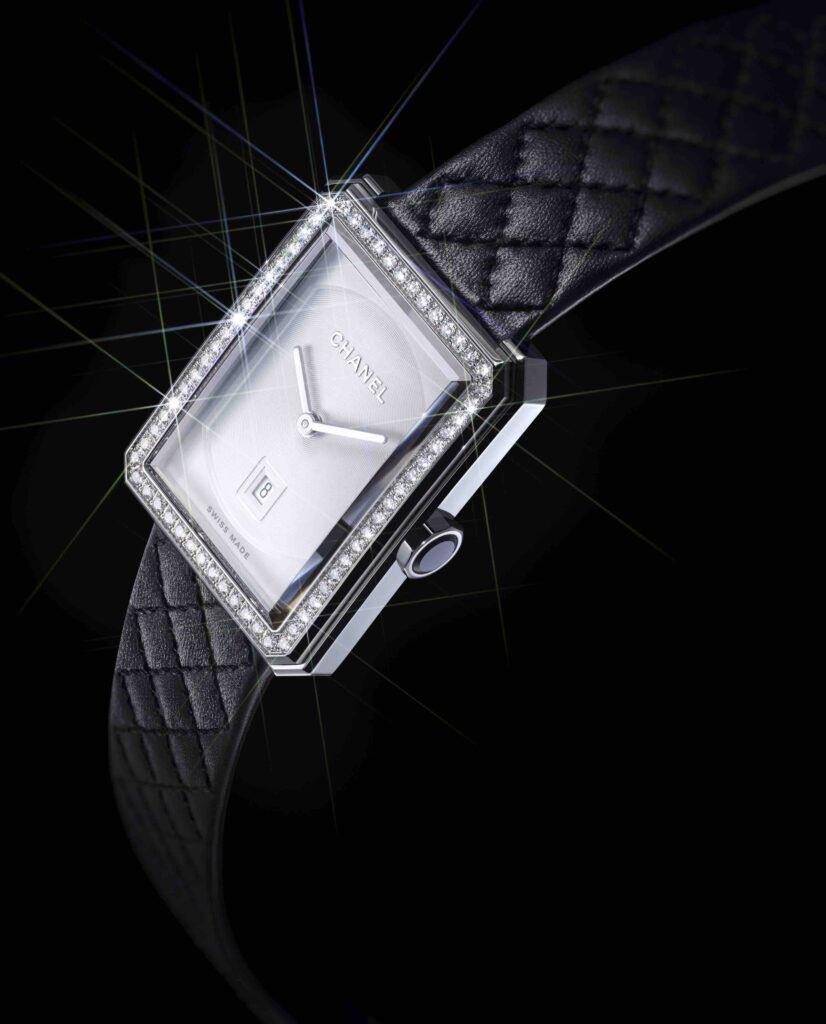 [🎄 IDÉES CADEAUX 🎁] Découvrez la montre BOY·FRIEND désormais disponible avec une boîte en acier et diamants, un cadran blanc et un bracelet en cuir noir matelassé.  #CHANELDreaming #CHANELWatches #CHANELBoyFriend  🔗  #espritdegabrielle